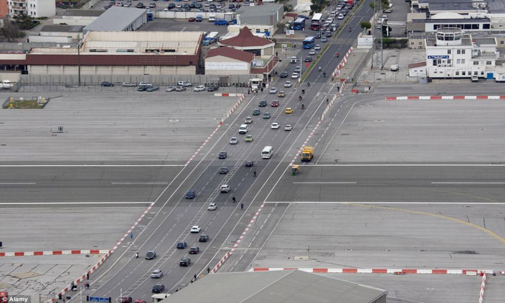 جاده اصلی، فرودگاه گیبارالتار