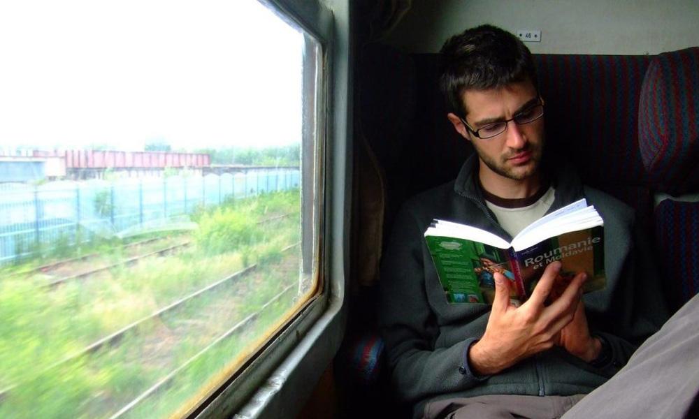 مطالعه کتاب برای سرگرمی در قطار