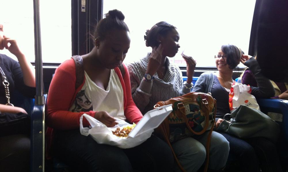 غذا خوردن در اتوبوس